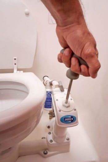 toaleta na jachcie - spłukiwanie i odpompowywanie