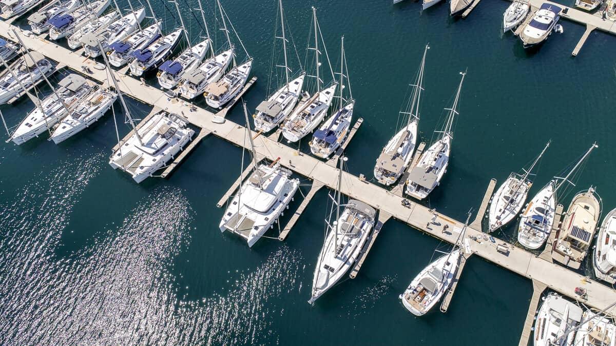 łodzie w marinie Sibenik