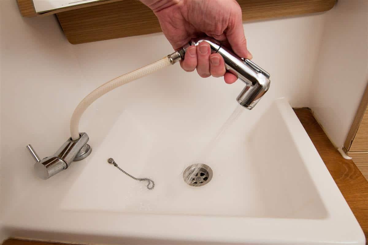 Prysznic wewnątrz jachtu