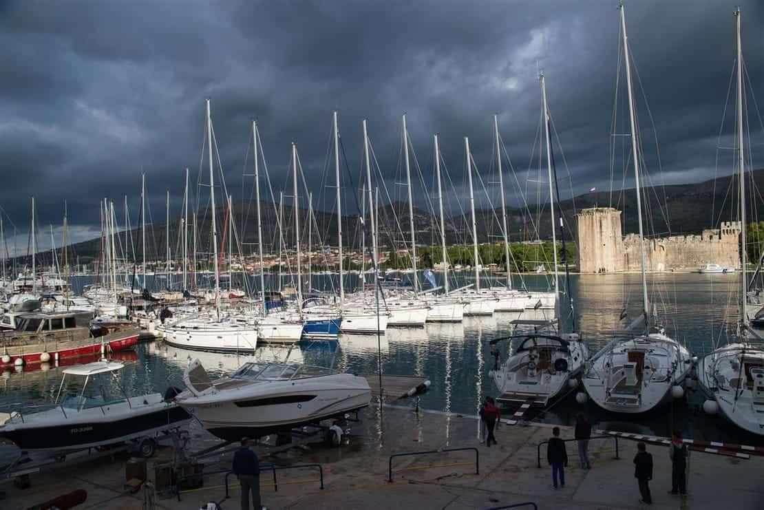 Marina ACI w Trogirze przed burzą