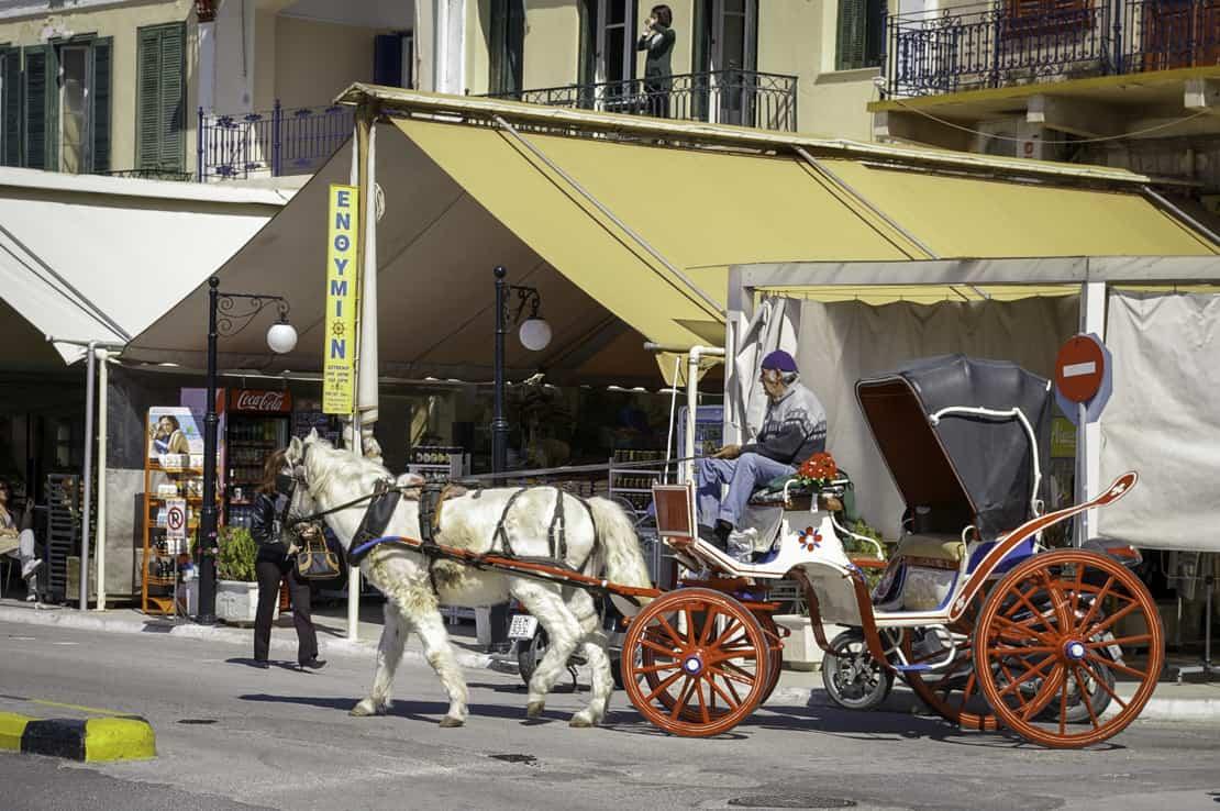 bryczki w porcie Aegina