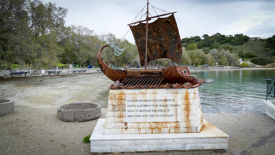 Rzeźby w porcie Kolones - wyspa Salamina