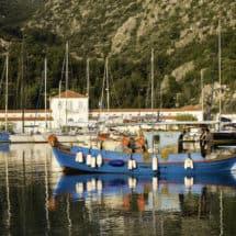 Łódka rybacka w porcie w Methanie