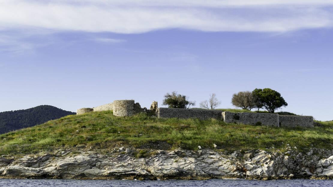 Wysepka Bourtzi i pozostałości po murach i zamku