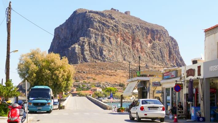 Monemvasia widok z portu na skałę i groblę