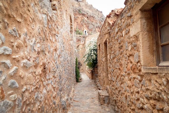 wąskie uliczki w Monemvasia
