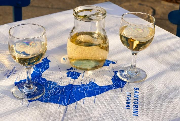 białe wino na Santorini