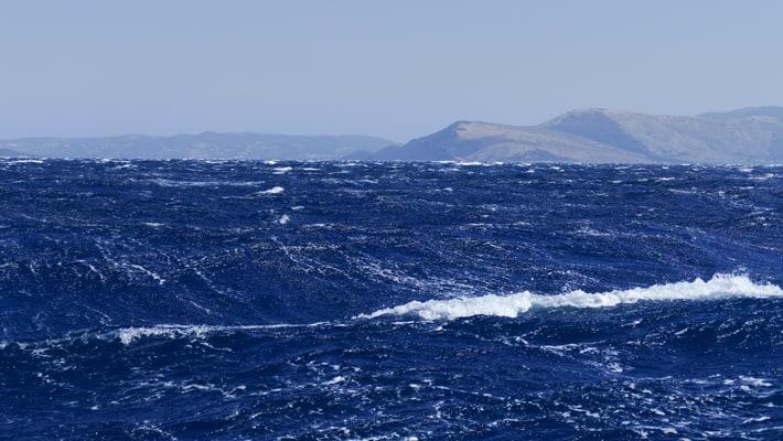 Wzburzone morze na Cykladach