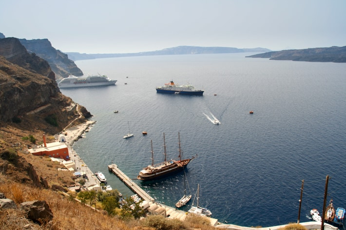 widok na port w Thira na Santorinii