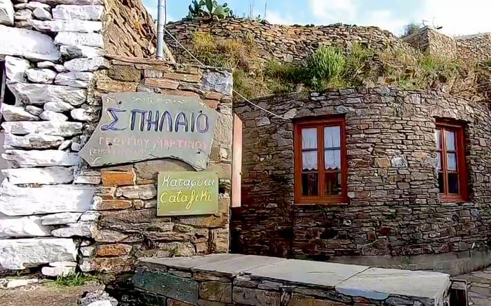 drogowskazy do jaskini Katafiki Kithnos