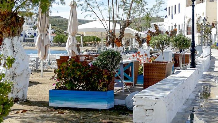 Ogródki tawerniane na plaży w Loutra