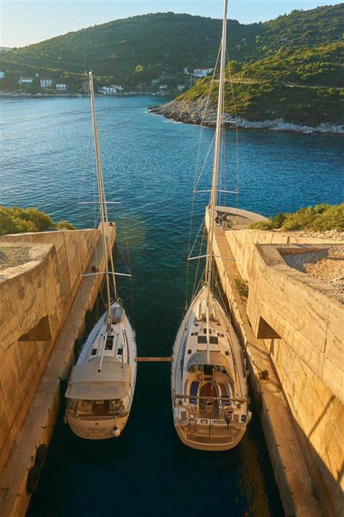 bunkier jachty na wyspie vis