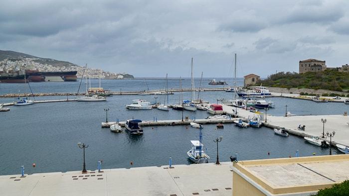 Port jachtowy pseudo marina w Ermoupoli na wyspie Syros
