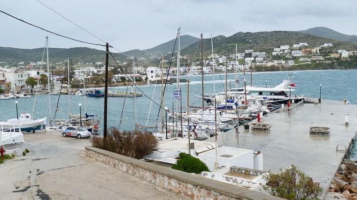 Port jachtowy Finikas na wyspie Syros
