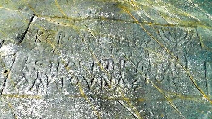 zatoka Grammata napisy na skałach wyspa Syros