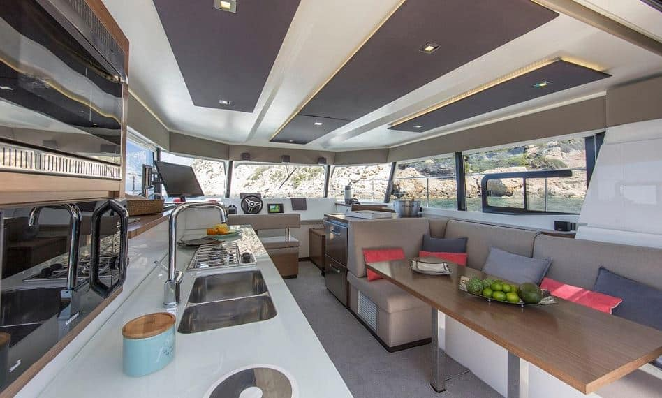 Katamaran motorowy MY37 ze stoczni Fountaine Pajot salon