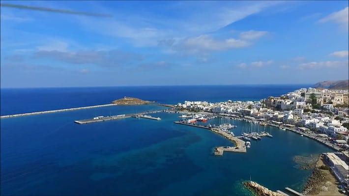 Widok na port w Naxos