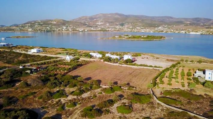 Widok z góry na kanał pomiędzy Paros i Antiparos a wysepkami Saliangos i Remmatonisi