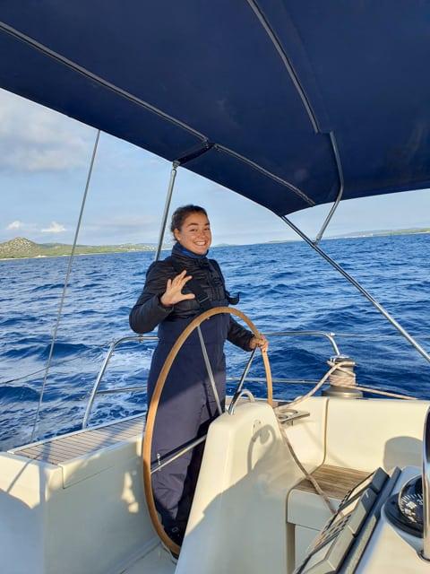 skipper za kołem sterowym