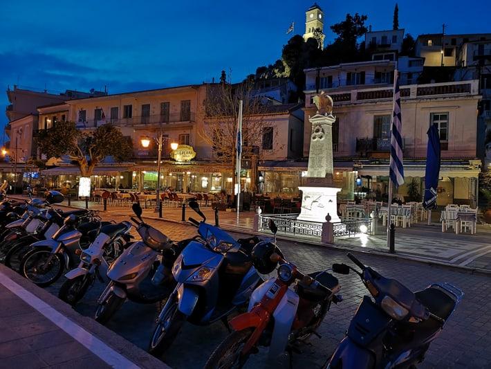 paros skutery pomnik noc
