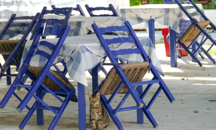 greckie tawerny niebieskie krzesła