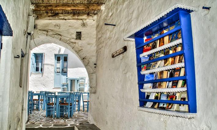 biblioteka w ścianie domu Kimolos