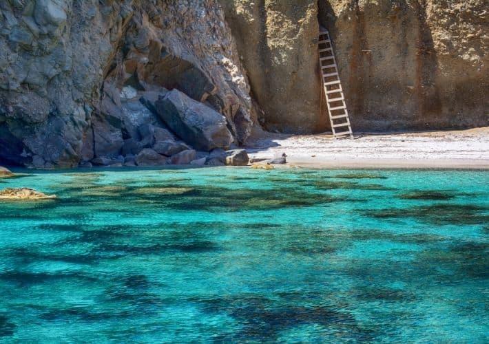 plaża z drabiną tzigrado milos