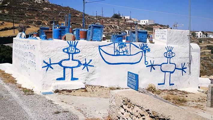 wioska Ano Meria i napisy na ścianie