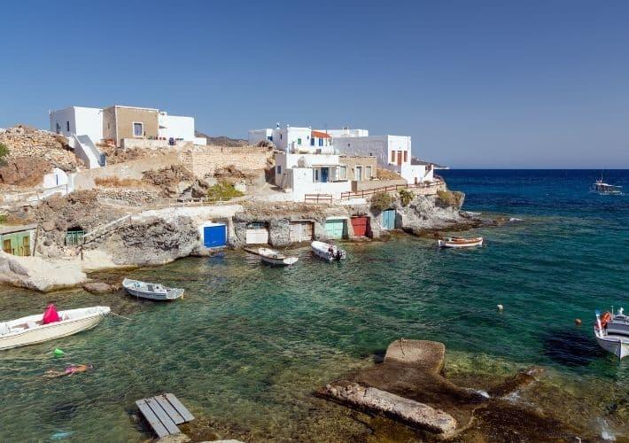 Garaże dla łodzi w zatoce Rematos