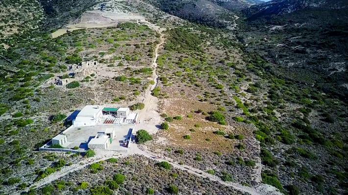Klasztor i pozostałości osady na wyspie Poliagos na Cykladach