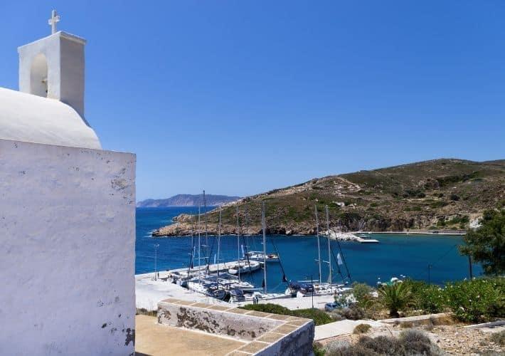 widok na port jachtowy na Kimolos