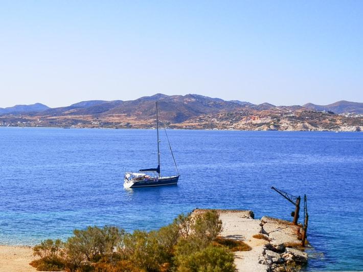 widok na jacht w zatoce