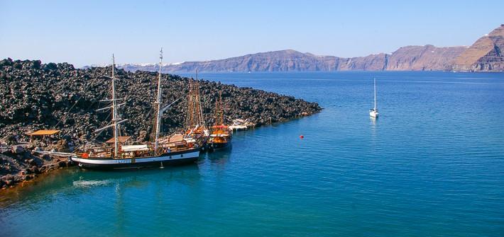 Nea Kameni statki wycieczkowe przy brzegu