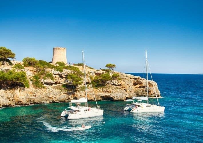 dwa katamarany wieża wybrzeże Majorka