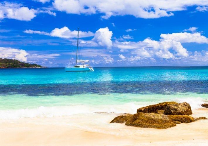 jacht na kotwicowisku czartery egzotyczne