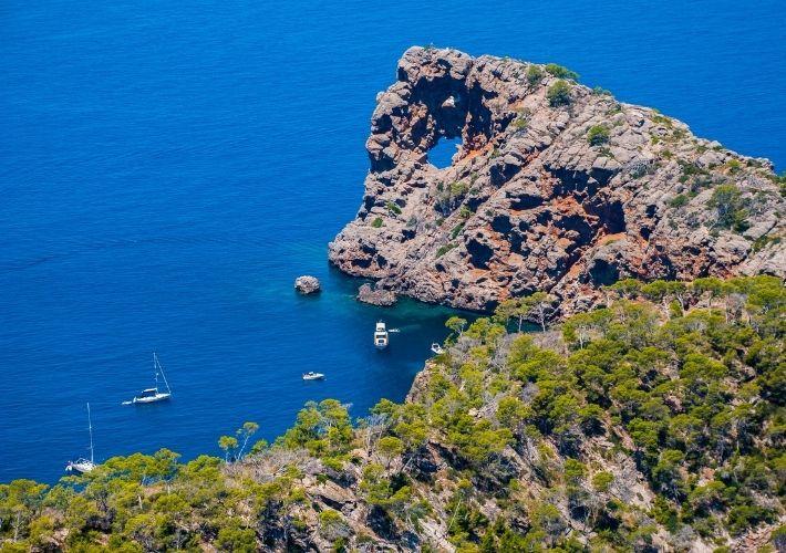 skały wybrzeże jachty Majorka